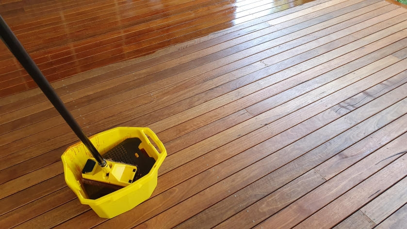 Staining deck with extended pad