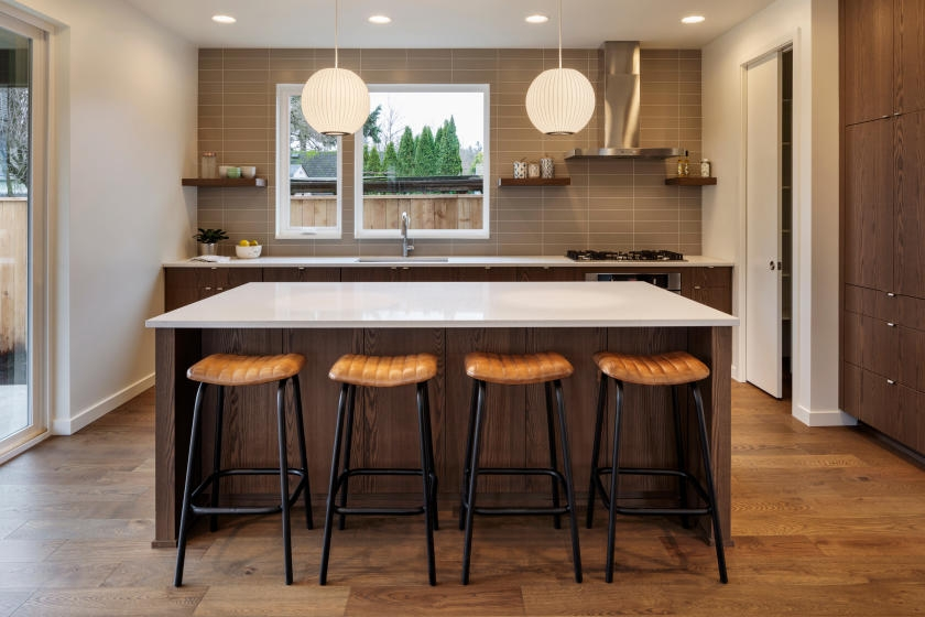 Pendant lights and embedded ceiling lights in kitchen